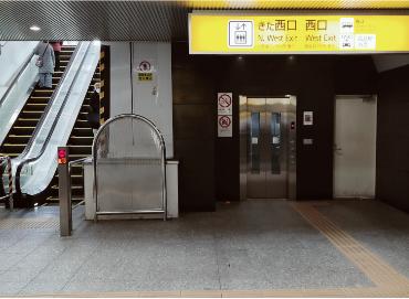 横浜駅きた西口を出てスグ横のエスカレーターを上がります。