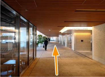 鶴屋町ビルの中もまっすぐ進みます。